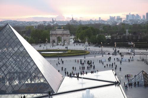 Visiteurs devant la pyramide du Louvre.jpg