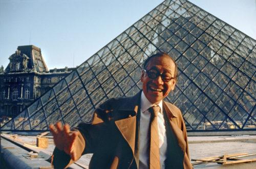 23_Marc Riboud. Ieoh Ming Pei devant la pyramide du Louvre, 1989.jpg