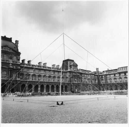 21_Cour Napoléon, simulation de la pyramide avec des câbles, printemps 1985.jpg