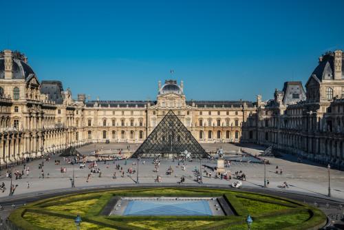 32_Le palais et la pyramide du Louvre.jpg