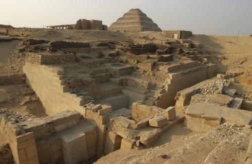 8. Fouilles de Saqqara. Emplacement de la chapelle d'Akhethétep dans mastaba avec vue pyramide © 2016 Musée_Christian Décamps.JPG