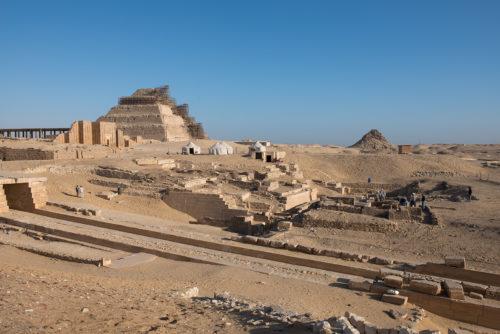7. Fouilles de Saqqara. Vue sur le mastaba avec la pyramide en fond © 2016 Musée du Louvre. Christian Décamps.jpg