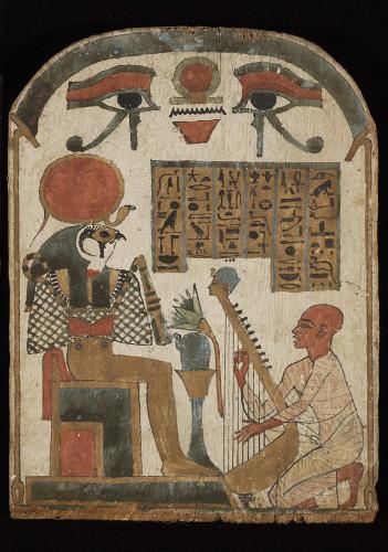 Stèle : le chanteur aveugle Djedkhonsouioufankh joue de la harpe devant le dieu Rê-Horakhty,                   1069-664 avant J-C. (Egypte, Thèbes), bois peint © musée du Louvre / Christian Decamps