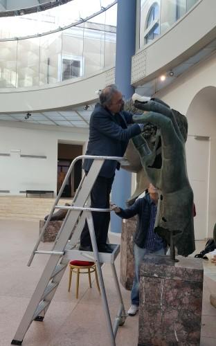 M. Claudio Parisi Presicce plaçant la reproduction en résine du doigt du musée du Louvre sur la main de la statue colossale de Constantin du musée du Capitole. Mai 2018. © Musée du Louvre / F. Gaultier