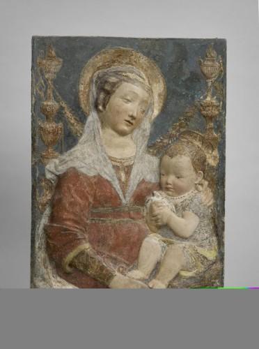 22. D'après Antonio Rossellino (1427-1479), La Vierge et l'Enfant Madone aux candélabres), Stuc peint, Paris, Musée du Louvre, département des Sculptures, Camp 20 © RMN-Grand Palais