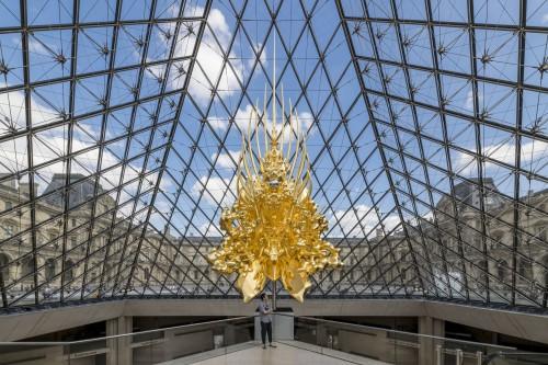 2. Kohei Nawa devant Throne sous la pyramide du Louvre  © Nobutada OMOTE | SANDWICH