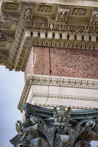 Agrafes metalliques maintenant les plaques de marbres sur la frise dentablement  2018 musee du Louvre – Olivier Ouadah-jpg