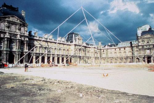 11- Simulation de la Pyramide dans la cour Napoléon, mai 1985 © Musée du Louvre (fonds EPGL) -Patrice Astier-jpg