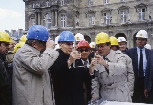 19- IMPei et FMitterrand observant des echantillons de plaques de verre sur le chantier de la Pyramide 1988  Marc Riboud-jpg