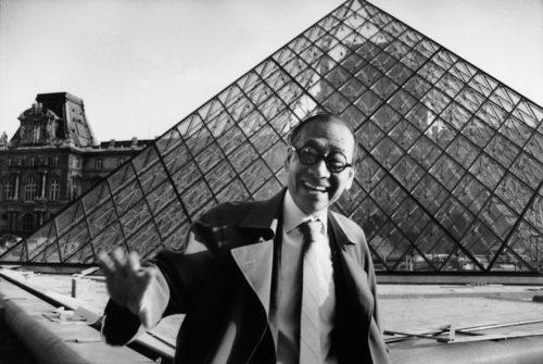 21- Ieoh Ming Pei devant la Pyramide cMarc Riboud-jpg
