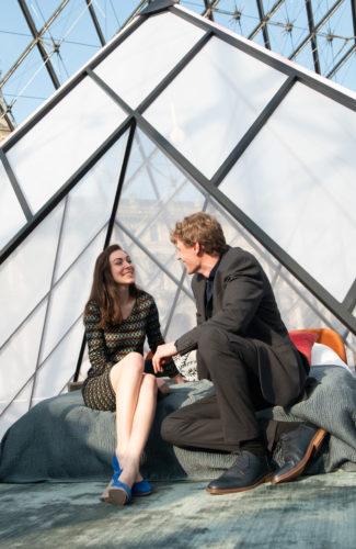 Daniela et Adam sous la Pyramide du Louvre (c)Airbnb