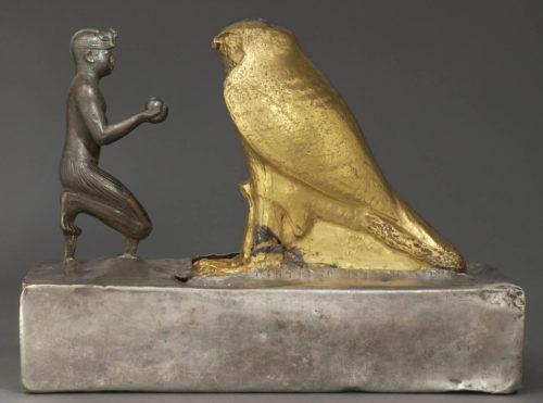 Le roi Taharqa et le faucon Hemen (c) Musée du Louvre / C. Decamps-jpg