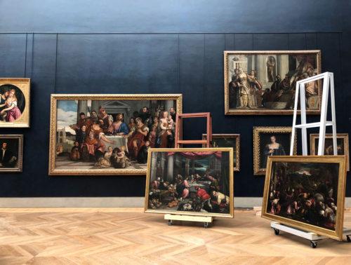 Painting installation in progress in the Salle des États  © Musée du Louvre,  2019 / Maëlys Feunteun.